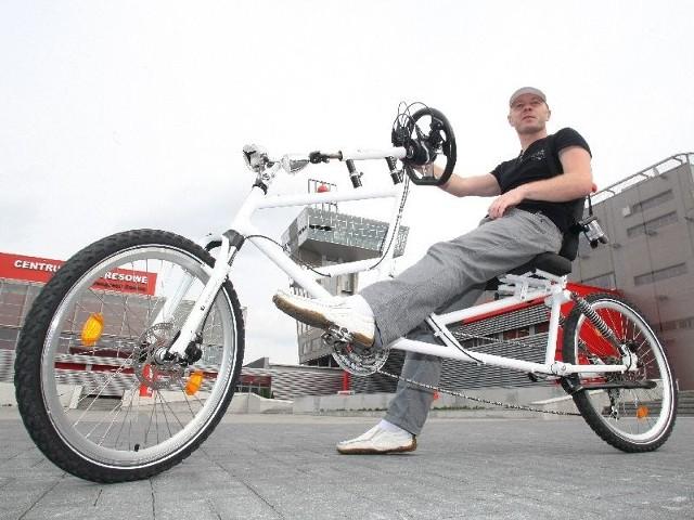 Targi BikeExpo w Kielcach.Prezentacja nowości w branży rowerowej (zdjęcia)Niezwykły rower własnej konstrukcji z samochodową kierownicą zamiast tradycyjnej prezentuje Sylwester Lik z firmy SkyFilm.