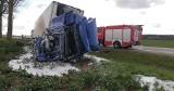 Wypadek w Poganicach na DK 6. Ciężarówka uderzyła w drzewo, kierowca jest ranny (ZDJĘCIA)