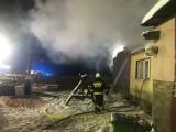 Pożar domu w Rywałdzie. 5.02.2021 r. Ewakuowano mieszkańców, nikomu nic się nie stało. Na miejscu pracuje 7 zastępów straży pożarnej