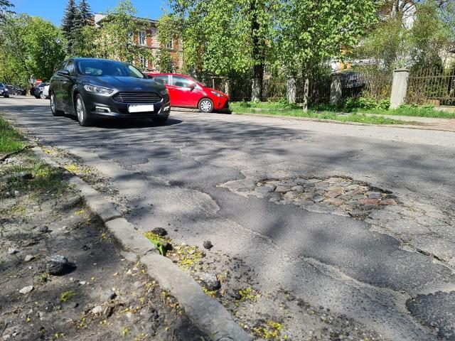 Na podstawie sygnałów od naszych Czytelników stworzyliśmy ranking najbardziej dziurawych ulic w Toruniu. Chociaż rocznie miasto przeznacza na budowę nowych i remonty już istniejących dróg miliony złotych, w Grodzie Kopernika nadal nie brakuje ulic, na których łatwo stracić zawieszenie. Niestety, część z nich znajduje się w ścisłym centrum jak chociażby Bulwar Filadelfijski. Trasa ta powinna być wizytówką miasta - w końcu korzysta z niej wielu turystów. Na razie jednak kierowcy muszą uzbroić się w cierpliwość. Na remont bulwaru jeszcze poczekamy. Za to niebawem rozpoczną się prace na innych drogach w Toruniu. Sprawdźcie, gdzie już niebawem przywita nas nowa nawierzchnia, a gdzie na nie ma co liczyć na remont. Co dodalibyście do tej listy? Czekamy na Wasze propozycje!