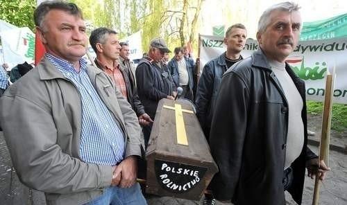 Fot. Marcin Bielecki Rolnicy nieśli trumnę symbolizującą koniec rolnictwa.