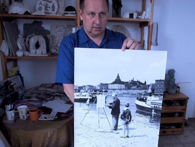 Arkadiusz Grzechociński prezntuje fotografię z tajemniczym chłopcemm.  Teraz zaczęły się jego poszukiwania
