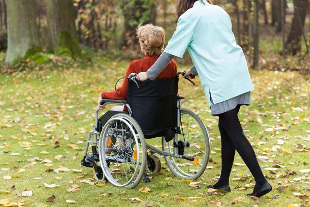Czy seniorzy pobierający 500 plus mają powody do niepokoju? Czy w 2021 roku dostaną pomniejszone świadczenie uzupełniające?