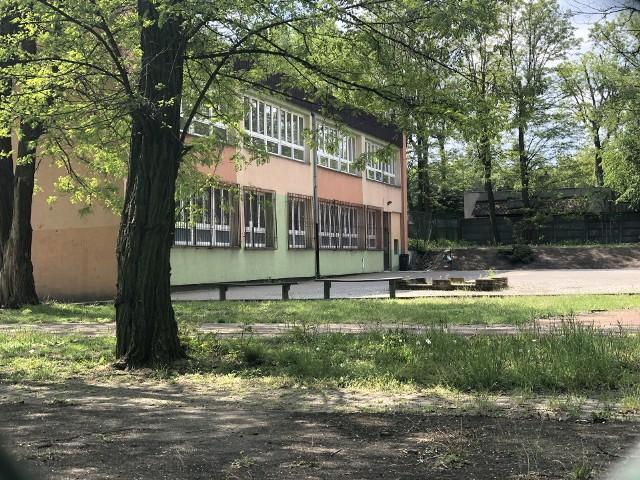 Żłobek Familijny mieści się w budynku szkoły podstawowej nr 106, przy ul. Janickiego 22. Z końcem czerwca 2020 roku zostanie zamknięty. Bez pracy pozostanie 14 osób i to tylko z kadry pedagogicznej.