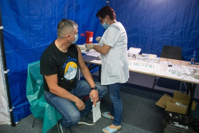 60-latkowie z Wielkopolski najlepiej wyszczepionymi przeciw COVID-19 w Polsce. Najgorzej w regionie wypada najmłodsza grupa