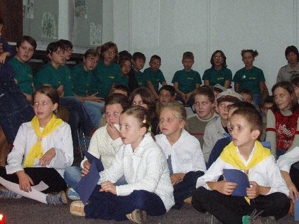 """Młodzież słuchała w skupieniu. Na  pierwszym planie dzieci z gromady  zuchowej """"Słoneczko"""" z SP nr 4 w Nakle."""