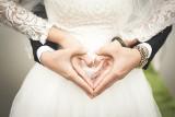 Sezon ślubny trwa. Ile młodzi dają księdzu do koperty? [zobacz stawki]