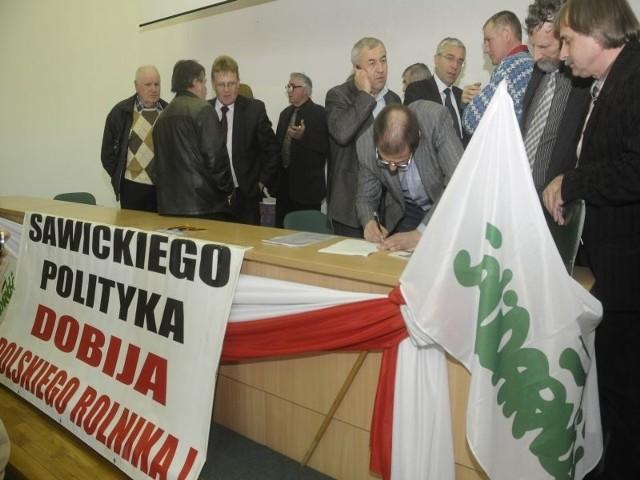 Rolnicy zdecydowali, że nie przerywają protestu w urzędzie wojewódzkim w Bydgoszczy