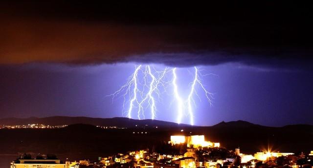 Apelujemy o zachowanie ostrożności podczas burz. By uchronić się przed porywistymi wiatrami, należy sprawdzać aktualną pogodę i słuchać komunikatów ostrzegawczych.