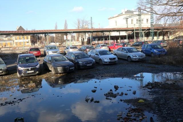 Dziki parking na tyłach dworca Świebodzkiego od strony ul. Tęczowej, przy szkole muzycznej.