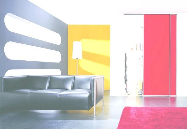 Kolorowe płaszczyzny drzwi przesuwnych ożywią przedpokój. A w wygodnych szafach można schować mnóstwo przedmiotów.