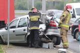 Wrocław. Wypadek na al. Jana III Sobieskiego za centrum handlowym Korona. Samochód rozbił się na latarni (ZDJĘCIA)