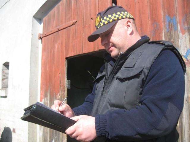 Komendant Dariusz Góralczyk nie siedzi za biurkiem, a ciągle jest w terenie. Zwraca uwagę na czystość, rozmawia z mieszkańcami i notuje uwagi.
