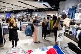 Zakupy 2018. Ubrania ze sznurkami szczególnie groźne dla dzieci, stwierdzają kontrole Państwowej Inspekcji Handlowej