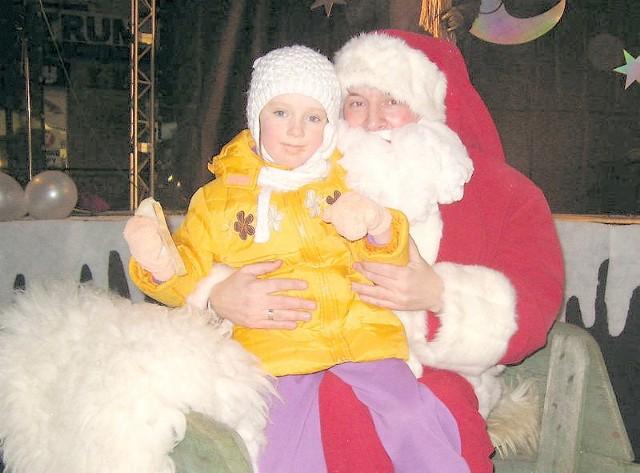 Mikołaj pozwalał na robienie sobie z nim pamiątkowej fotki