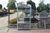 Regał na zużyte znicze na biłgorajskim cmentarzu. To rozwiązanie ekonomiczne, ekologiczne i godne naśladowania