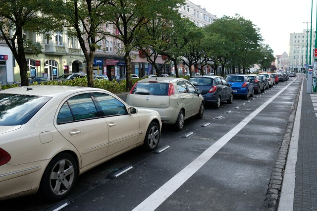 Radni przekazali prezydentowi uchwałę, by miasto nie likwidowało kolejnych miejsc parkingowych. Wiceprezydent M. Wudarski dziwi się postawie radnych i twierdzi, że projekt był z nimi konsultowany