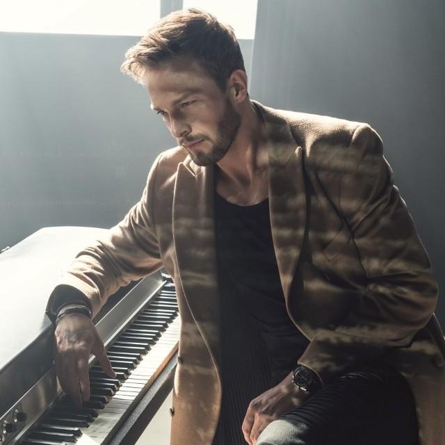 Nie każdy wie, że Uniatowski jest jedynym polskim wokalistą, który wystąpił w towarzystwie amerykańskiego producenta muzycznego Davida Fostera – bliskiego współpracownika takich gwiazd jak Whitney Huston, Celine Dion czy Michael Buble.