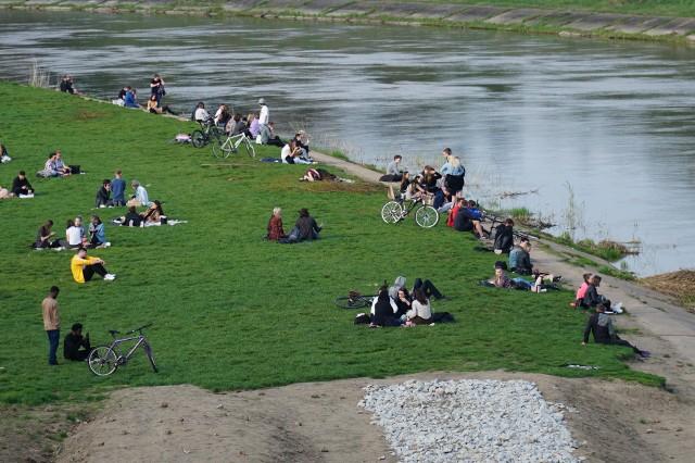 Nawet w czasie pandemii nad Wartą w ciepłe dni wypoczywają tłumy poznaniaków. To zdjęcie z 21 kwietnia.
