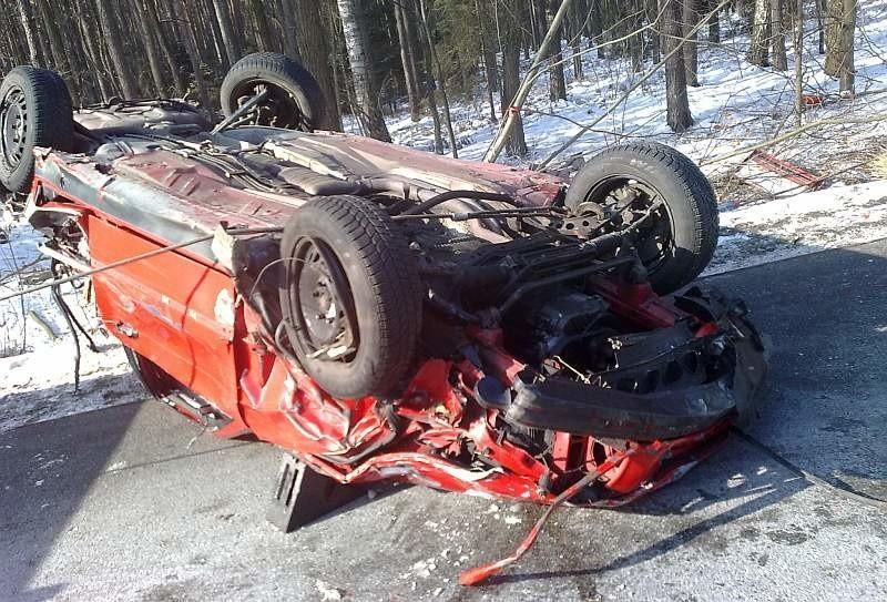 Kierowca BMW wypadł przez szybę, pasażer wyszedł z samochodu o własnych siłach.