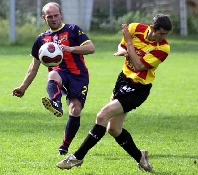 Wieloletni kapitan Odry Opole - Marian Kucharski (z lewej) znów zagrał w jej barwach. Z prawej pomocnik MKS-u Kluczbork Tomasz Jasiński.