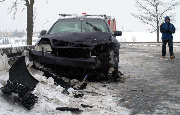 Wypadek w Rogach k. KrosnaTrzy osoby zostaly ranne w zderzeniu audi i seicento. Do wypadku doszlo w Rogach na trasie Rzeszów - Barwinek.