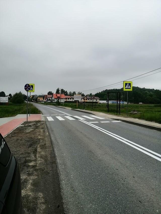 Przejście dla pieszych przez drogę powiatową w Osieczanach
