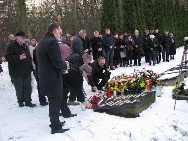 Na cmentarzu ofiar powojennego obozu zapalono znicze i złożono kwiaty.