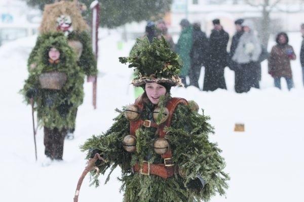 Dzisiaj przed supraskim magistratem śpiewacy aż z czterech krajów (Polski, Szwajcarii, Rumunii i Węgier) dali prawdziwy popis świątecznych pieśni. Największe wrażenie na widowni zrobili właśnie Szwajcarzy. Ubrani w kostiumy przypominające drzewa iglaste, z ogromnymi dzwonkami, jodłowali kolędy.