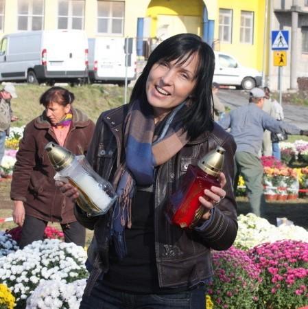 - W naszym społeczeństwie przyjmują się tylko znicze z tradycyjnym wkładem - mówi Joanna Duszyńska-Sokołowska zajmująca się ich projektowaniem.
