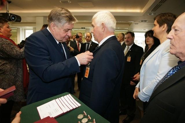 """Podczas spotkania minister Krzysztof Jurgiel wręczał medale """"Zasłużony dla rolnictwa"""""""