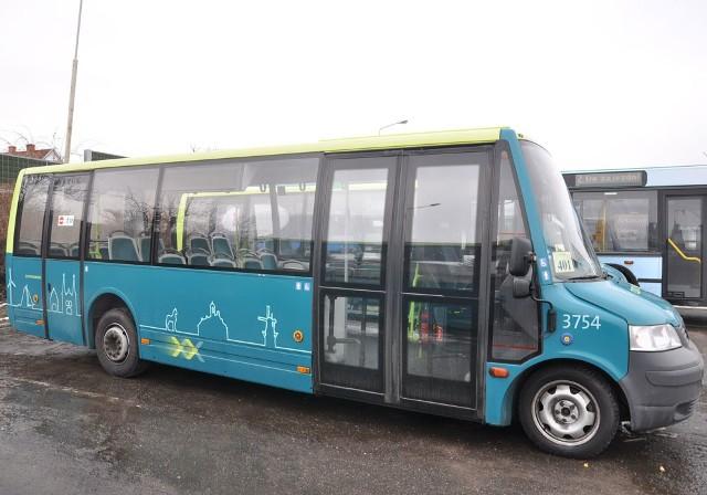 """Aby ograniczyć koszty szczecinecka KM na mniej obciążonych liniach i poza godzinami szczytu używa ekonomicznych małych autobusów VDL zbudowanych na podwoziu volkswagena. Z uwagi na swój wygląd są one nazywane """"kaczkami""""."""