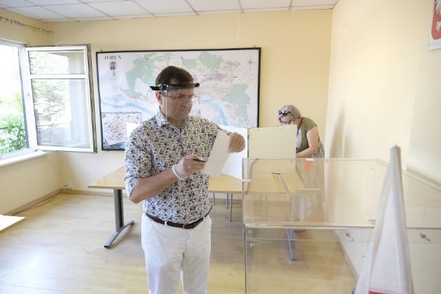 Toruński poseł PiS, Zbigniew Girzyński, dba o pełny reżim sanitarny (tu podczas wyborów prezydenckich)