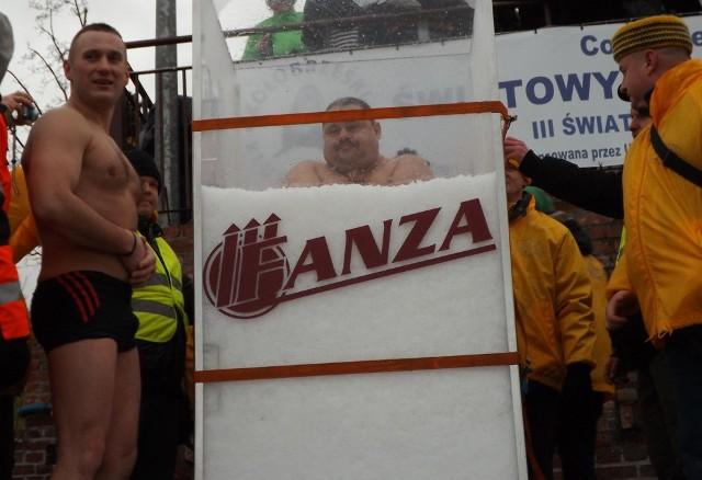 Bicie rekordu Guinessa w najdłuższym przebywaniu w lodzie.