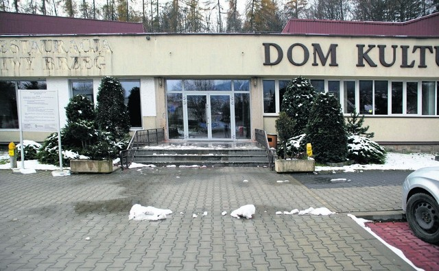Do LDK, w którym mieści się jedyne kino w Limanowej, prowadzą schody. Nie ma żadnej pochylni
