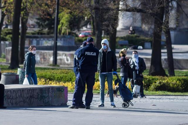 Policjanci w Polsce sprawdzają, czy wszyscy, zgodnie z rządowym rozporządzeniem, noszą maseczki ochronne lub w inny sposób zasłaniają usta i nos. Czy w Wielkopolsce wystawiono pierwsze mandaty?