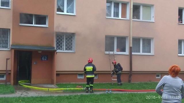 Pożar na Podgórnej w Łodzi. Jedna osoba poszkodowana w pożarze mieszkania na parterze bloku. Ewakuowanych kilkudziesięciu lokatorów