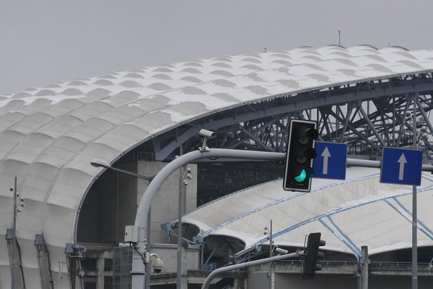 Śnieg spadł na kopułę Stadionu Poznań i... zawstydził ją...
