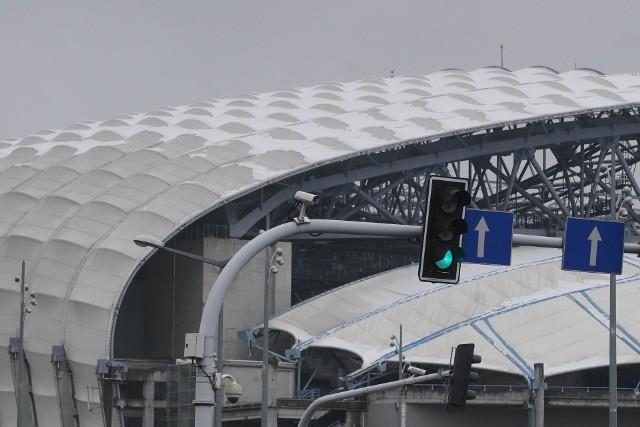 Śnieg spadł na kopułę Stadionu Poznań i... zawstydził ją bielą. Na co dzień nie widać, jak zadbany jest dach stadionu przy Bułgarskiej, ale ostatni śnieg pokazał, że przydałby się tam płyn, woda i szczotka do szorowania. Niestety, na białym dachu stadionu widać każde zabrudzenie. Czy jest szansa na jego wyczyszczenie?Przejdź do kolejnego zdjęcia --->