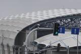 Śnieg spadł na kopułę Stadionu Poznań przy Bułgarskiej i wyeksponował, jak bardzo jest brudna. Zobacz zdjęcia