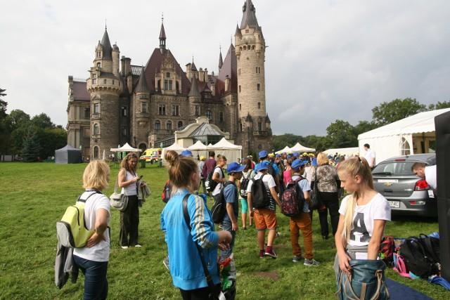 Gdyby istniały regularne i dogodne połączenia autobusowe z Opola do Mosznej, pałac odwiedzałoby jeszcze więcej ludzi.