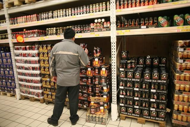 30.11.2007 warszawa  auchan piaseczno mocne piwo alkohol picie butelka butelki puszka sklep sprzedaz kupowanie zakupy fot maciej jeziorek / polskapresse