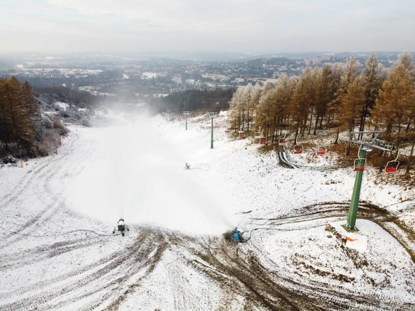 Trwa sztuczne naśnieżanie stoku narciarskiego w Przemyślu....