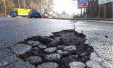 Zielona Góra. Dziura na dziurze. Miejskie drogi są po zimie w opłakanym stanie!