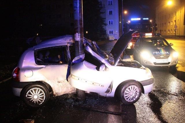 kierowca uderzył w latarnię na Placu Kazimierza w Opolu.