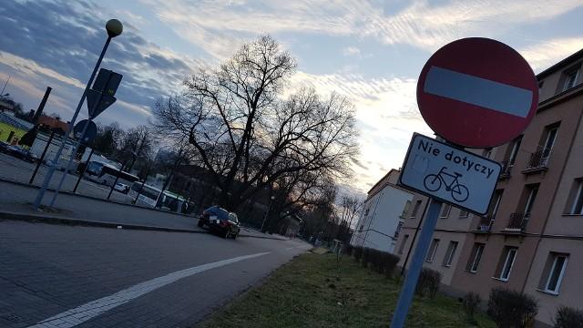 To codzienny widok ma ulicy Chopina w Zielonej Górze. – Kierowca tego auta codziennie wjeżdża pod prąd w ulicę jednokierunkową i parkuje swój samochód – napisał do nas Czytelnik i przysłał zdjęcia autodrania.Zobacz też: Magazyn Informacyjny GL (13.04.2018)