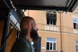 """Lublin: """"Cud, że żyjemy"""". Sąsiad wyważył drzwi sztangą i wyniósł kobietę z ognia"""