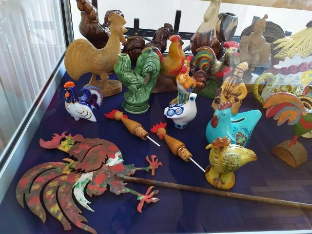 Kolorowe figurki i rzeźby kogutów są wykonane z drewna, porcelany, gliny, szkła, masy solnej i metalu