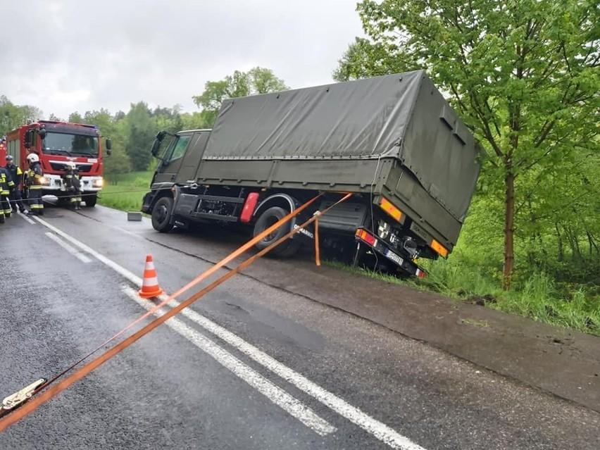 Wojskowy pojazd zsunął się z drogi i zawisł na skarpie.
