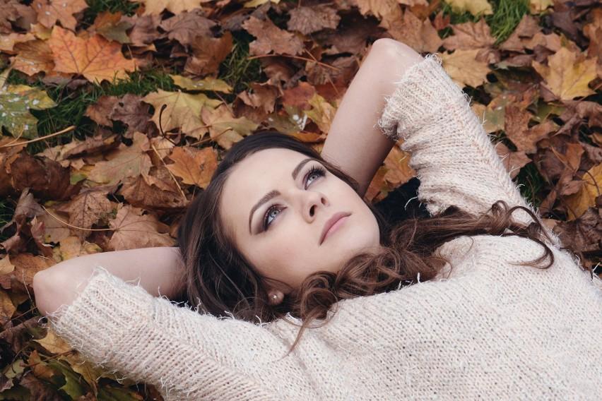 Jesień to kapryśna pora roku. Jednego dnia może świecić słońce, a drugiego dnia padać deszcz. Warto być przygotowanym na każdą ewentualność.